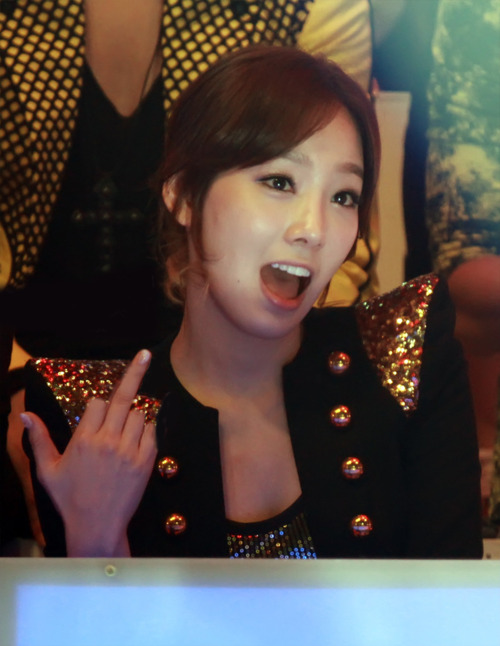 Taeyeon middle finger